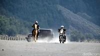 Foto: Balapan kuda Bromo versus Royal Enfield ini hampir berimbang. Padahal motor Himalayan ini punya mesin berkapasitas 411 cc. (dok. Istimewa)