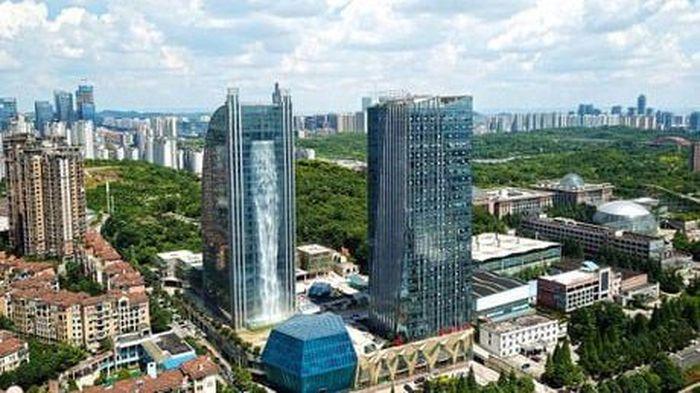 Air terjun juga bisa ditemukan di perkotaan. Misalnya saja di gedung bernama Liebian yang terletak di kota Guiyang, China ini. (Istimewa/9gag).
