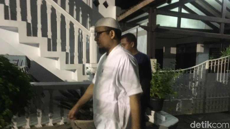 Hari Pertama Ngantor, Novel Baswedan Salat Subuh Berjemaah di Masjid