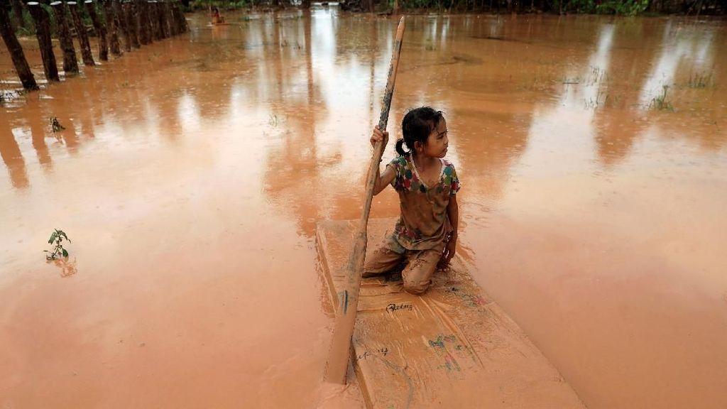 Foto: Derita Warga di Tengah Banjir Dahsyat Laos