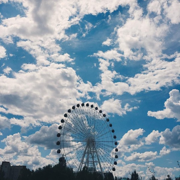 Kalau yang ini Ceyco sedang melihat bianglala besar. Lokasinya ada di ibu kota Kazakhstan, Astana (ceycogeorgia/Instagram)