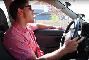 YouTuber Ini Ubah Wiper Kaca Mobil Jadi Tempat Minum Otomatis