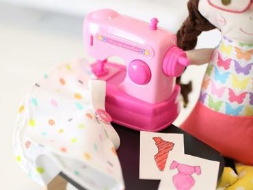 Sejak sang nenek menghadiahkan mesin jahit juga mengajarkan beberapa pola, Charlotte jadi tertarik bikin boneka. (Foto: Instagram/stitchesbycharlotte)
