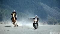 Foto: Tapi akhirnya motor Royal Enfield Himalayan lah yang jadi pemenangnya melawan kuda Bromo. Seru banget ya! (dok. Istimewa)