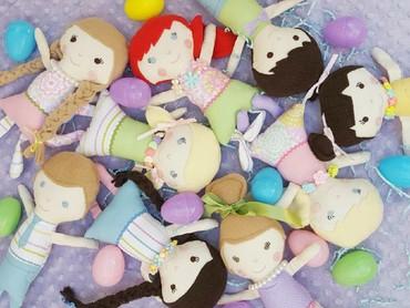 Beberapa boneka ada yang dilengkapi benang, jarum, dan istruksi sederhana sehingga bentuknya bisa disesuaikan dengan kondisi anak yang mendapatkanya. (Foto: Instagram/stitchesbycharlotte)