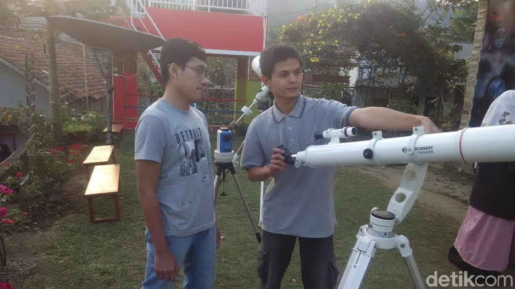 Serunya Pantau Gerhana Bulan Total di Lembang