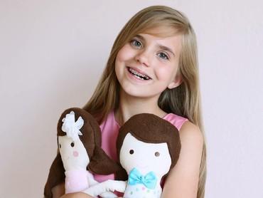 Sejak usia 10 tahun Charlotte udah jadi kid-preuner sekaligus pendiri Stitches, usaha menjahit boneka sendiri. (Foto: Instagram/stitchesbycharlotte)