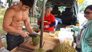Rahasia Otot Kekar si Pangeran Durian, Model Seksi yang Jualan Buah