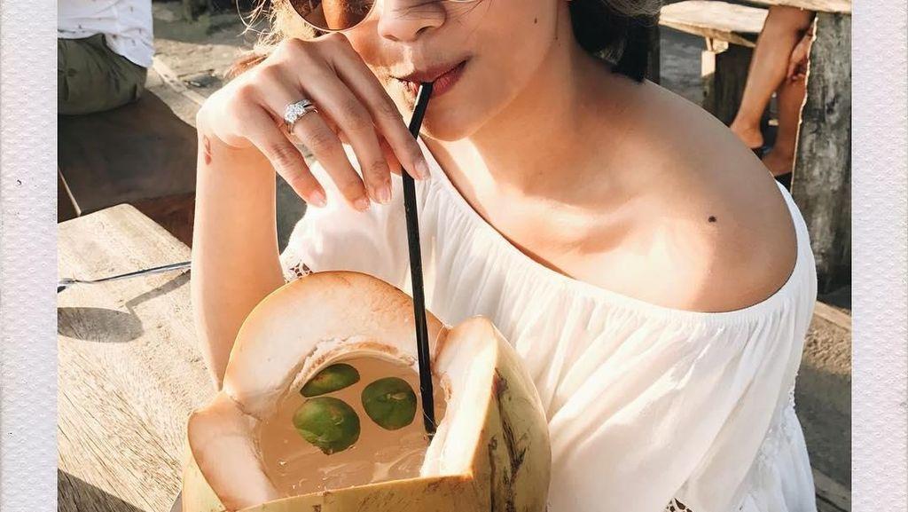 Jalan-jalan ke Bali, Vanessa Angel Cicip Pizza Sampai Es Kelapa