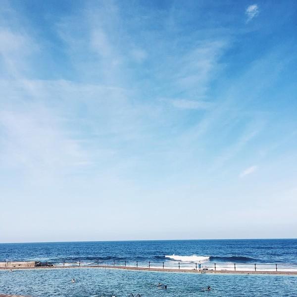 Masih suasana pantai di luar negeri, Ceyco sepertinya suka dengan wisata keliling kota-kota dunia yang ada di pesisir (ceycogeorgia/Instagram)