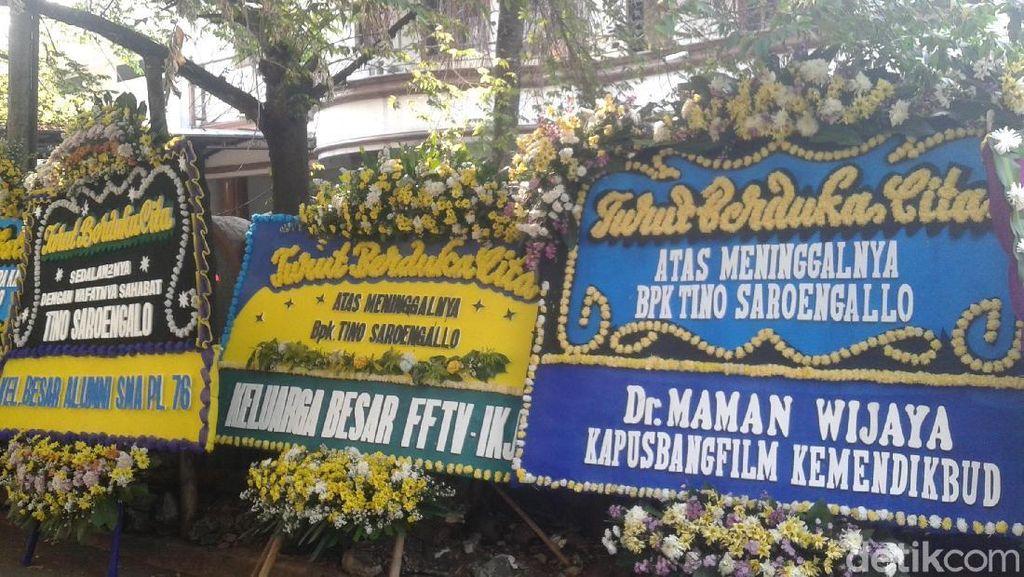 Pemakaman Tino Saroengallo Ramai Didatangi Insan Film Tanah Air
