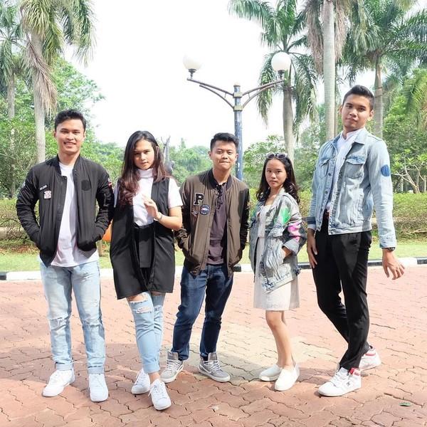 Ceyco dalam foto ini sedang jalan-jalan bersama-sama temannya. Melihat tempatnya seperti di Monas (Monumen Nasional) Jakarta (ceycogeorgia/Instagram)