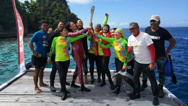 Istri Kapolri Bawa Obor Asian Games Menyelam di Raja Ampat