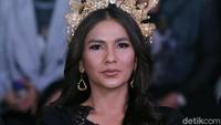 Menurut aktris berusia 38 tahun itu, ia sengaja mengenakan riasan kepala agar memberikan kesan berbeda pada film terbarunya. Foto: Pool/Ismail/detikHOT
