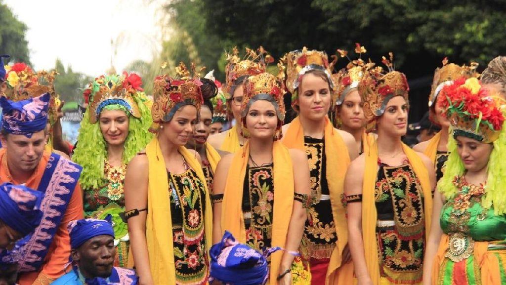 Cantiknya Bule-bule Berpakaian Adat untuk Meriahkan Festival Ini