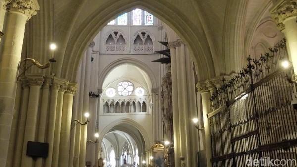 Salah satu bangunan dengan gaya gothik yaitu Katedral Toledo atau Cathedral Primada Santa María de Toledo. Bagian dalam katedral itu dipenuhi berbagai macam ornamen bersejarah dengan tiang-tiang tinggi. (Dhani Irawan/detikTravel)