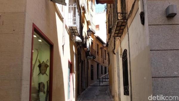 Menapaki Kota Toledo dan merasakan kembali ke Abad Pertengahan. Terlihat bangunan lawas abad ke-6 masih kokoh berdiri dengan jalanan sempit beralaskan bebatuan menjadi daya tarik tersendiri. (Dhani Irawan/detikTravel)
