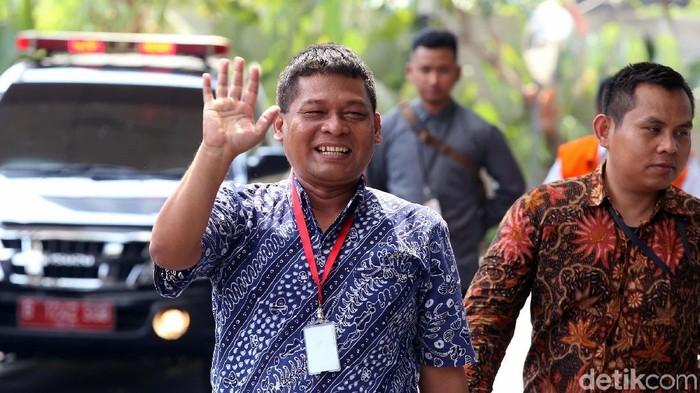 Terpidana kasus korupsi, Rohadi memberi jempol dan melambaikan tangan saat tiba di Gedung KPK, Jakarta, Jumat (27/7). Ia diperiksa dalam kasus TPPU.
