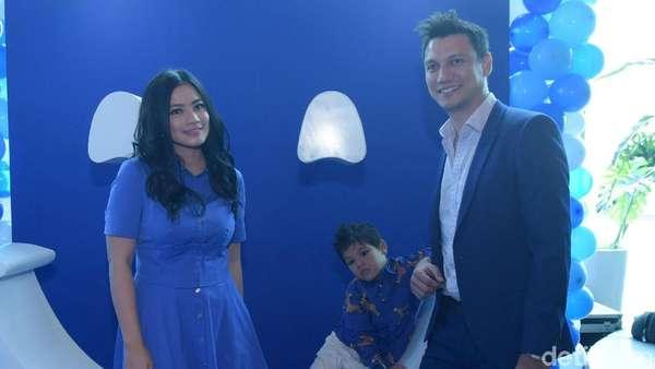 Happy Family! Gaya Serba Biru Titi Kamal dan Keluarga