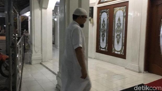 Novel Baswedan Salat Berjemaah di Masjid