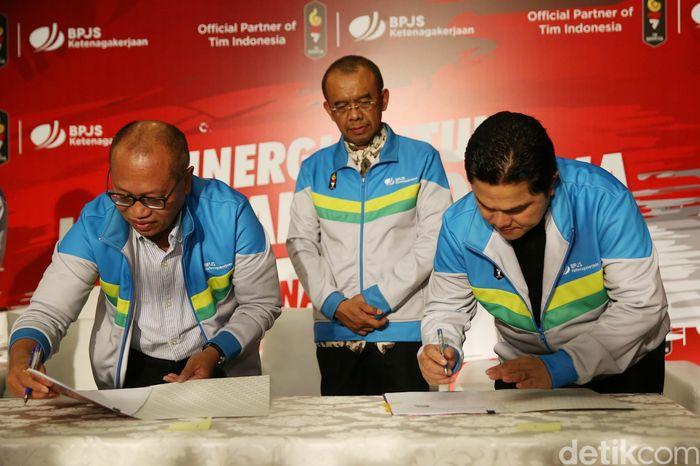 Direktur Utama BPJS Ketenagakerjaan, Agus Susanto dan Komite Olimpiade Indonesia Erick menandatangai perjanjian kerja sama disaksikan Sesmenpora Gatot S Dewa Broto di Kantor BPJS TK, Jakarta, Jumat (27/7/2018).