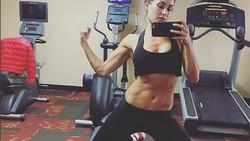 Tak semua pegulat olahraganya intens dalam angkat beban. Nikki Bella contohnya, ia lebih suka memadukan barre dengan yoga, plus diet yang sehat!