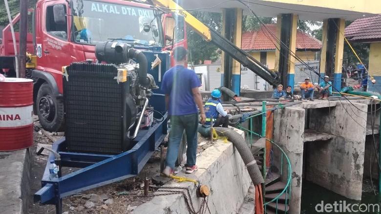 Kurangi Bau, 3 Pompa Hydraflow Dipasang di Kali Item