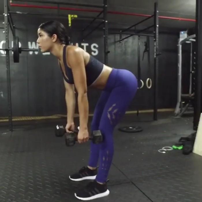 Postur tubuh Yovanna saat mengangkat beban patut ditiru. (Foto: instagram/yoventura)