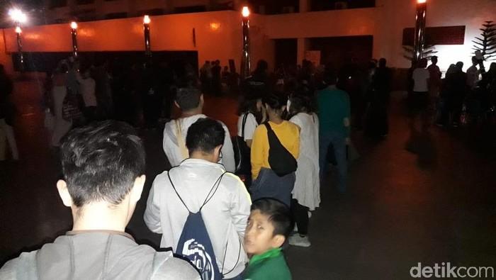 Kalangan muda-mudi memadati Plaza Teater Jakarta untuk menyaksikan gerhana bulan total terlama abad ini. (Isal Mawardi/detikcom)