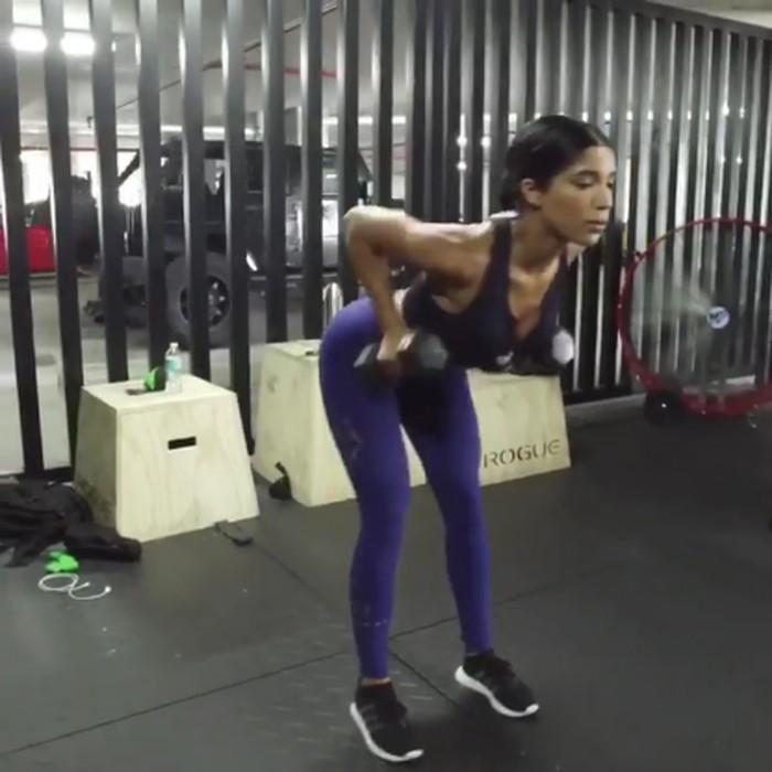 Untuk melatih otot bahu dan lengan, angkat beban sangat dianjurkan. (Foto: instagram/yoventura)