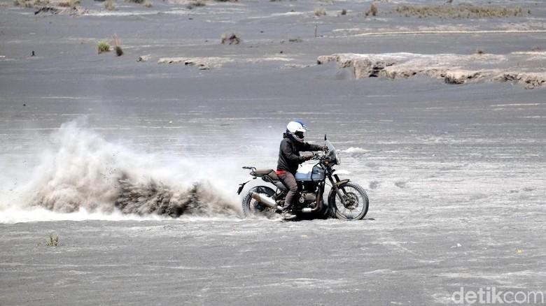 Foto: Ilustrasi naik motor offroad di Bromo (dok. Istimewa)