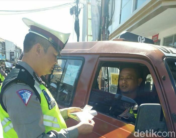 Polisi razia sopir tembak di Garut (Foto: Hakim Ghani)