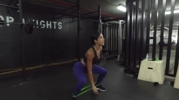 Ingin punya otot bokong seperti Yovanna, latihan dengan tali elastis jadi menunya. (Foto: instagram/yoventura)