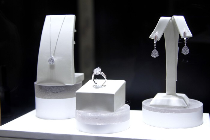 perhiasan hasil kurasi Dian Sastrowardoyo