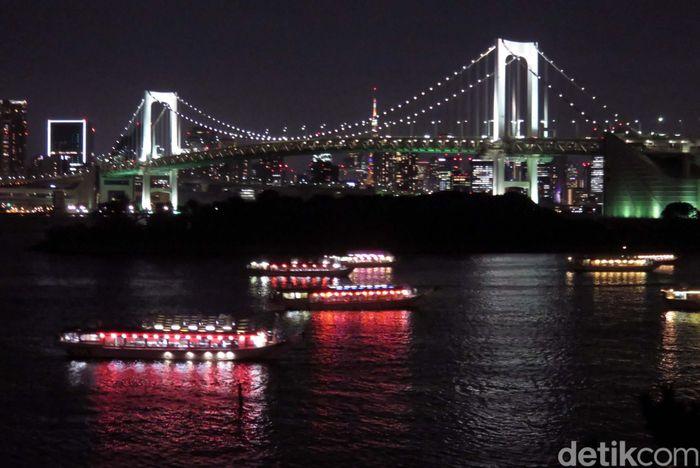 Rainbow Bridge menghubungkan Dermaga Shibaura, bagian utara Teluk Tokyo ke Odaiba.