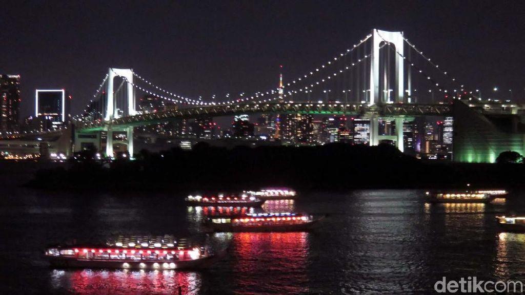 Megahnya Jembatan Terpanjang di Tokyo pada Malam Hari