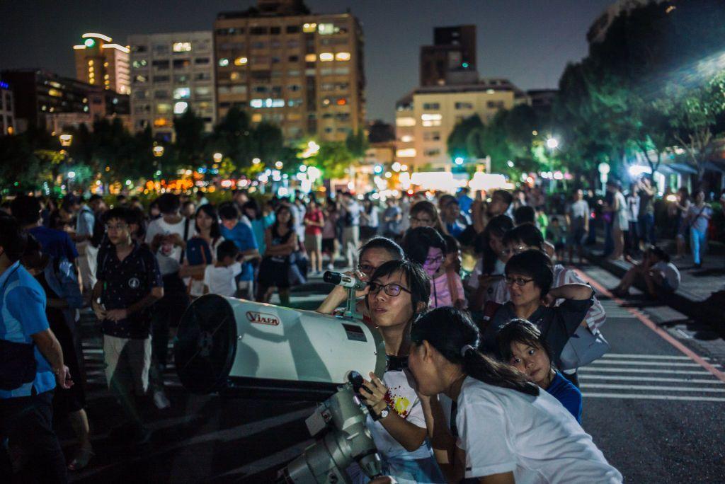 Antusiasme warga Taiwan menyongsong gerhana Bulan total di Sun Yat Sen Memorial Hall, Taipei. Foto: Getty Images