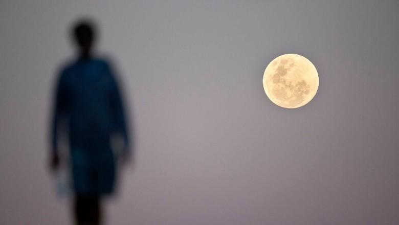 Tak ada habisnya membahas keindahan fenomena gerhana bulan total yang terjadi dinihari tadi. Berikut deretan foto gerhana bulan yang menakjubkan.