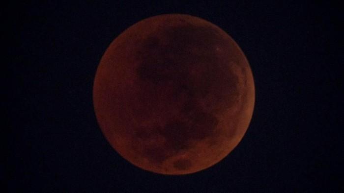 Foto ilustrasi Gerhana Blood Moon di Indonesia pada tahun lalu. (ANTARA FOTO/Aprillio Akbar)