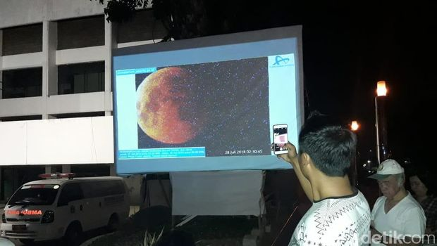 Muda-mudi Padati TIM untuk Saksikan Gerhana Bulan