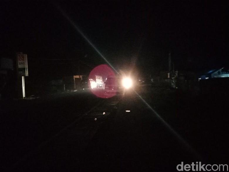 Listrik Mati, Warga Lombok Timur Dievakuasi dengan Cahaya Seadanya