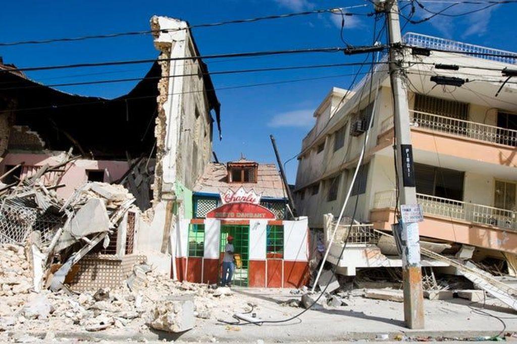Chile diguncang gempa bumi berkekuatan 8,3 skala Richter pada 16 September 2015. Gempa bumi ini mengakibatkan memakan satu korban meninggal dunia dan satu juta penduduk harus diungsikan. Gempa bumi ini juga memicu peringatan tsunami. (Foto: CBS)