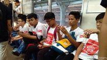 Puluhan Anak Ikut Lomba Rubik di Atas KRL
