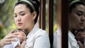 Pengalaman Vicky Shu Ajak Anak 1,5 Bulan Naik Pesawat