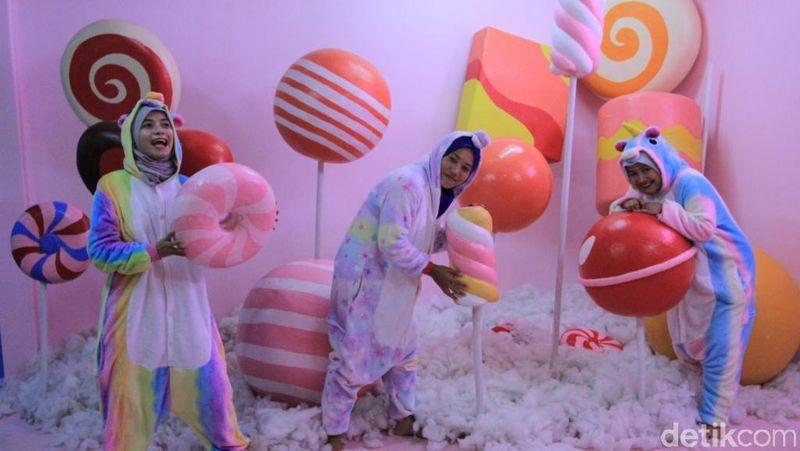 Sebuah rumah, berlantai dua dan berwarna pink itu bernama candy house. Rumah permen ini berada di kawasan Obyek Wisata Happy Farm Ciwidey, Kabupaten Bandung, Jawa Barat. (Wisma Putra/detikTravel)