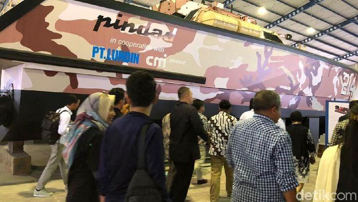 Luhut mengunjungi pabrik pembuatan Tank Boat Antasena yang dikerjakan oleh PT Lundin bekerja sama dengan PT Pindad/Foto: Iin Yumiyanti