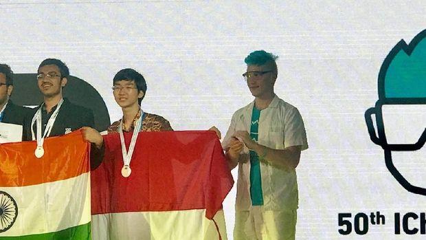 Ong Christoper Ivan Wijaya, siswa SMA Kristen YSKI Semarang meraih medali emas dalam Olimpiade Kimia Internasional ke-50 di Praha, Ceko Sabtu (28/7).