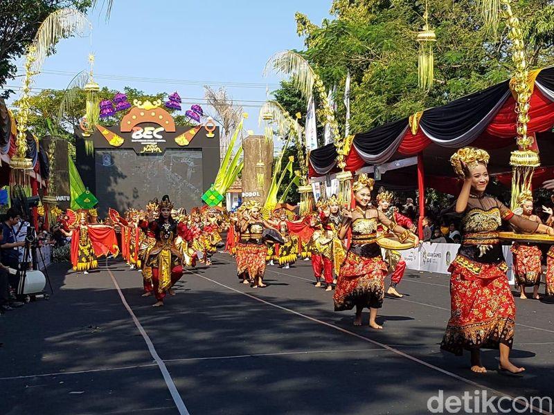 Banyuwangi Ethno Carnival 2018 dipadati ribuan orang di sepanjang rute pawai. Mereka tidak ingin ketinggalan even paling populer di Indonesia ini (Ardian Fanani/detikTravel)