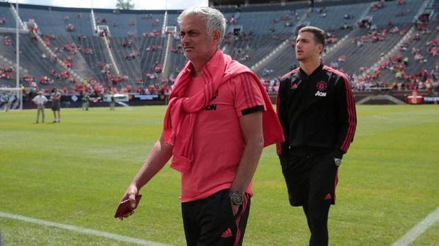Jose Mourinho juga dituntut mengubah gaya bermain Man United menjadi lebih atraktif dalam menyerang.