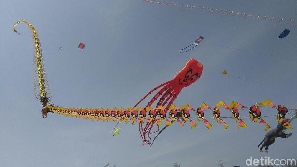 Foto: Serunya Festival Layang-layang di Pantai Purworejo